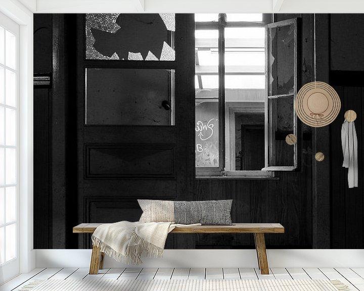 Beispiel fototapete: Gebrochene Fenster in einem verlassenen Haus von Jacqueline Groot