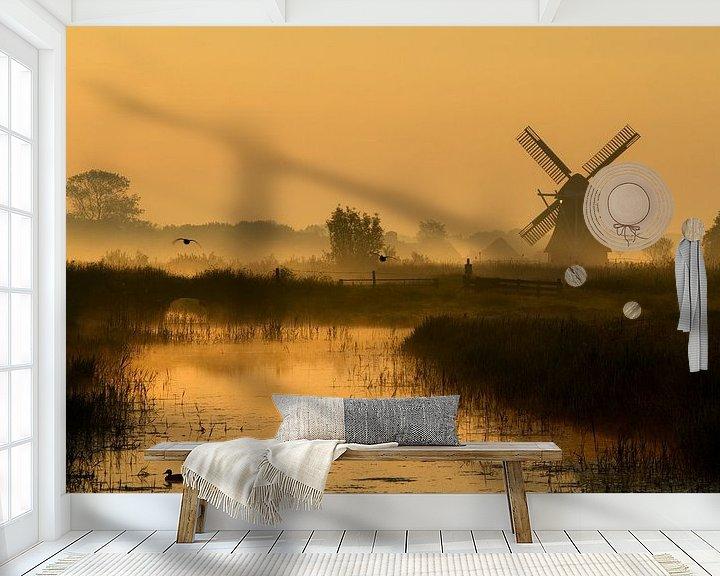 Sfeerimpressie behang: Nederlands poldermolen in het gouden licht van de vroege ochtend van Mark Scheper