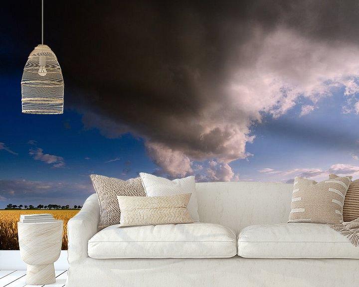 Sfeerimpressie behang: Nederlands Gronings graanlandschap met wolkenlucht van Mark Scheper