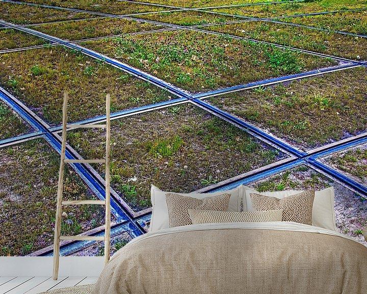 Sfeerimpressie behang: Compositie met klaver en tramrails van Frans Blok