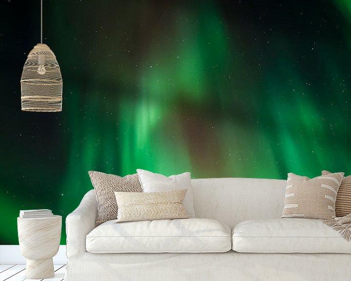Sfeerimpressie behang: Noorderlicht boven de bergen van Karla Leeftink
