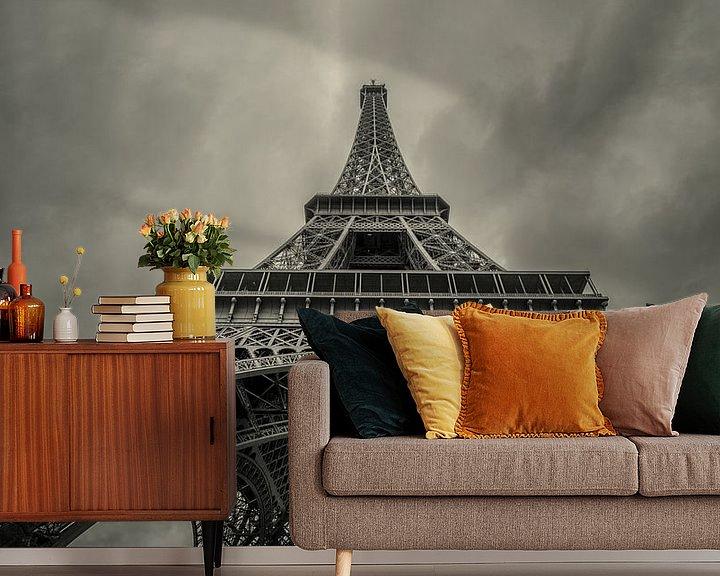 Sfeerimpressie behang: Omhoog kijkend onder de Eiffeltoren  van Toon van den Einde