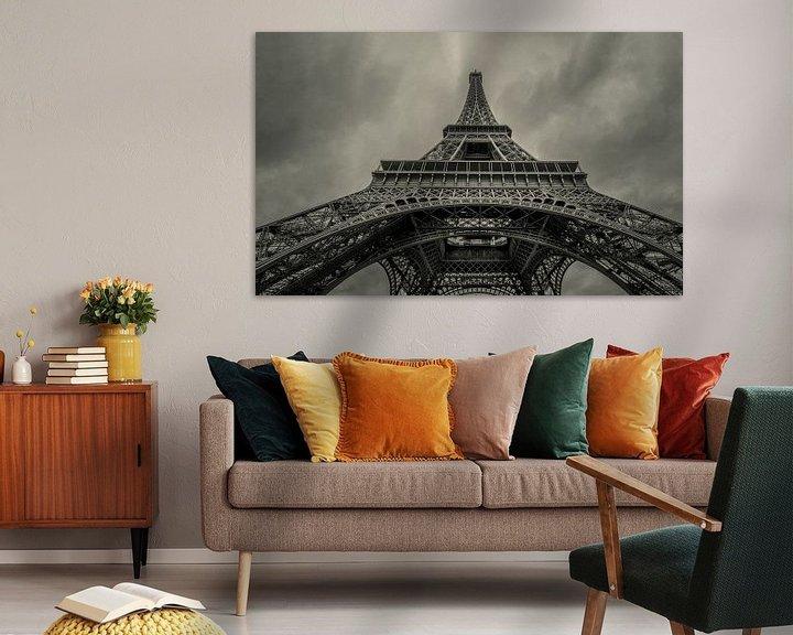 Sfeerimpressie: Omhoog kijkend onder de Eiffeltoren  van Toon van den Einde
