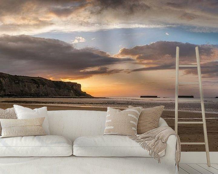 Sfeerimpressie behang: Zonsondergang bij Arromanches-Les-Bains (Normandie, Frankrijk) van Ardi Mulder