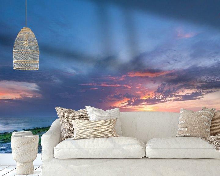 Sfeerimpressie behang: Zonsondergang Noordzee met donkere wolken en strekdam van Mark Scheper