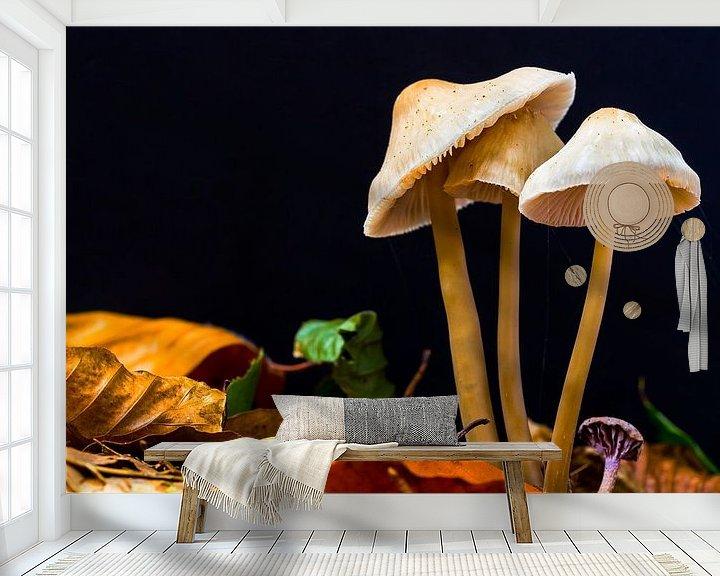 Sfeerimpressie behang: Herfst paddestoelen in bos van Mark Scheper