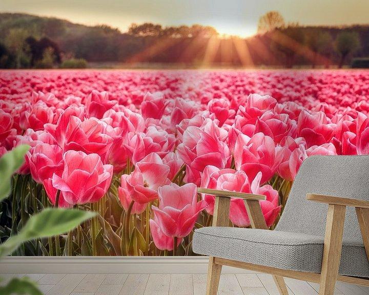 Sfeerimpressie behang: Zonnestralen boven tulpenveld van Fotografie Egmond