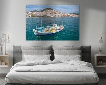 Vissersbootje op Lesbos in Griekenland sur Rob IJsselstein