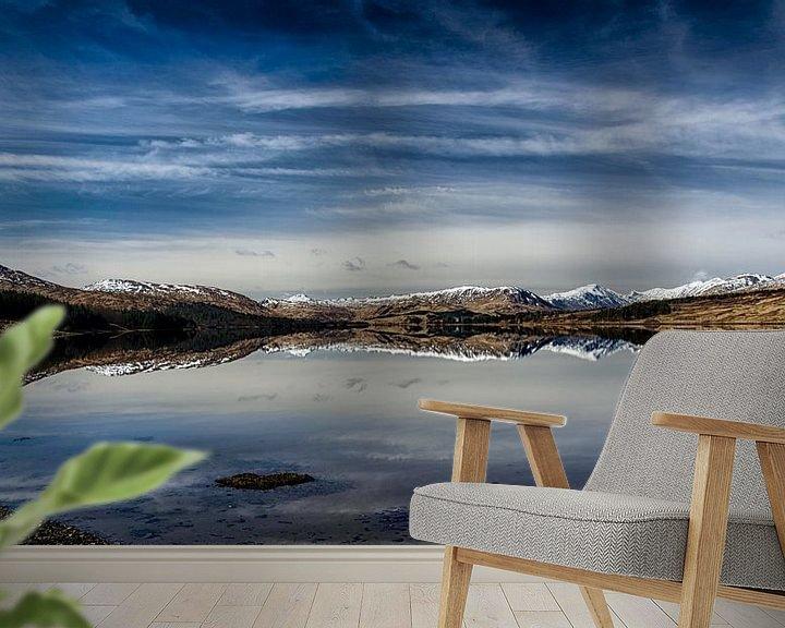 Sfeerimpressie behang: Lentezon over de bergen in de  Glencoe vallei van Anja Van Geert
