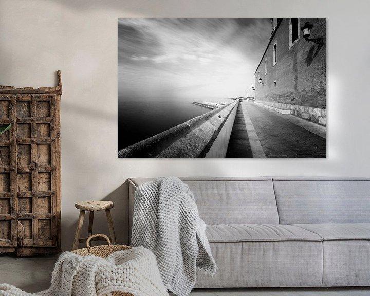 Sfeerimpressie: Oud klinker straatje langs de middellandse zee in Sitges, Spanje van Jesse de Boom