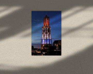 Rot-weiß-blauer Dom-Turm in Utrecht während des Beginns der Tour de France 2015