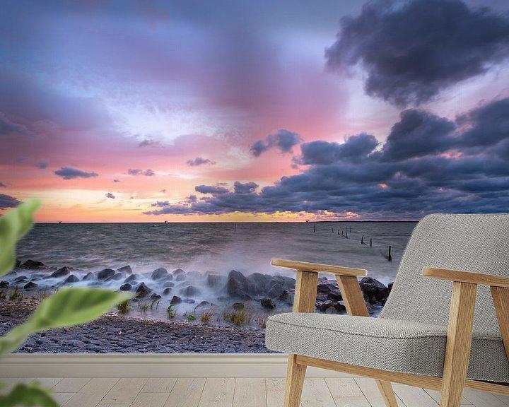 Sfeerimpressie behang: Stormachtig IJsselmeer na zonsondergang van Mark Scheper