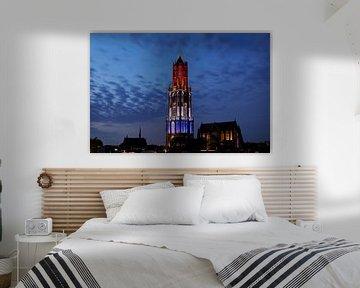 Stadtbild von Utrecht mit rot-weiß-blauem Dom Tower während des Beginns der Tour de France