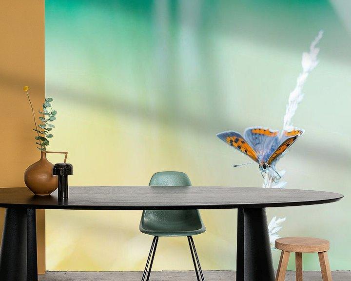 Sfeerimpressie behang: Kleine vuurvlinder in sprookjesachtige omgeving van Mark Scheper