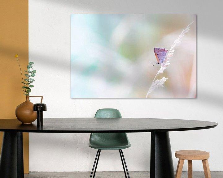 Sfeerimpressie: Kleine vuurvlinder in pastel tinten achtergrond van Mark Scheper