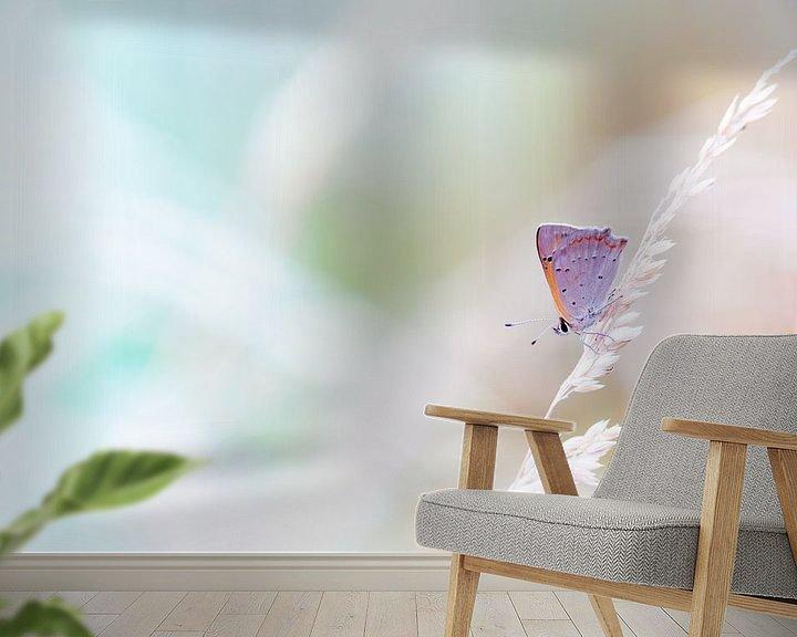 Sfeerimpressie behang: Kleine vuurvlinder in pastel tinten achtergrond van Mark Scheper
