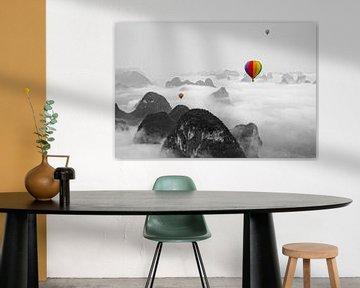 Hot air balloon over Yangshuo China (Zwart Wit) van Dennis Kruyt
