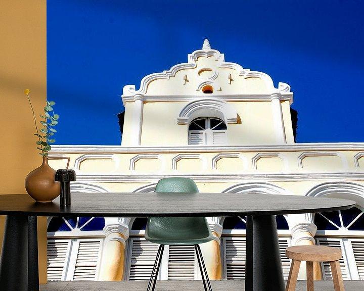 Sfeerimpressie behang: Voorgevel huis in Willemstad Curacao  van Carolina Vergoossen
