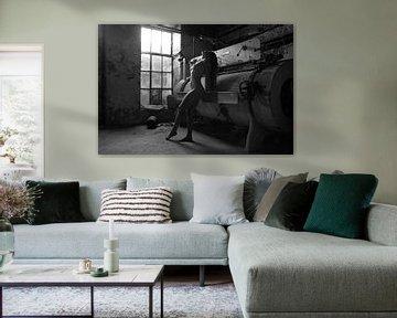Künstlerischer nude städtischer Standort zurückhaltend im Schwarzen von Arjan Groot