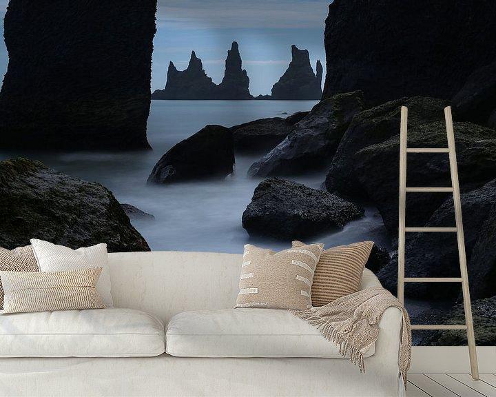 Sfeerimpressie behang: Reynisdrangar bij Vik, IJsland van Pep Dekker