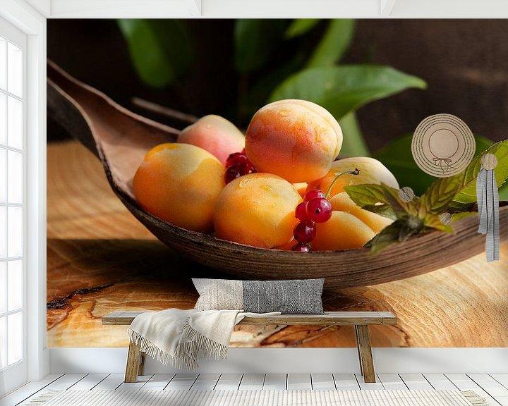 Sfeerimpressie behang: Verse abrikozen stilleven van Tanja Riedel