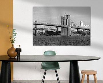 Brooklyn Bridge - New York, Amerika (Schwarz-Weiß inkl. farbiger Flagge) von Be More Outdoor