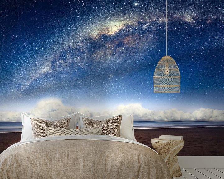 Sfeerimpressie behang: Camping under the galaxy van Martijn Kort