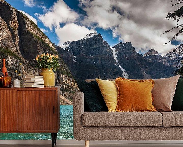 Sfeerimpressie behang: Moraine Lake Banff NP van Ilya Korzelius