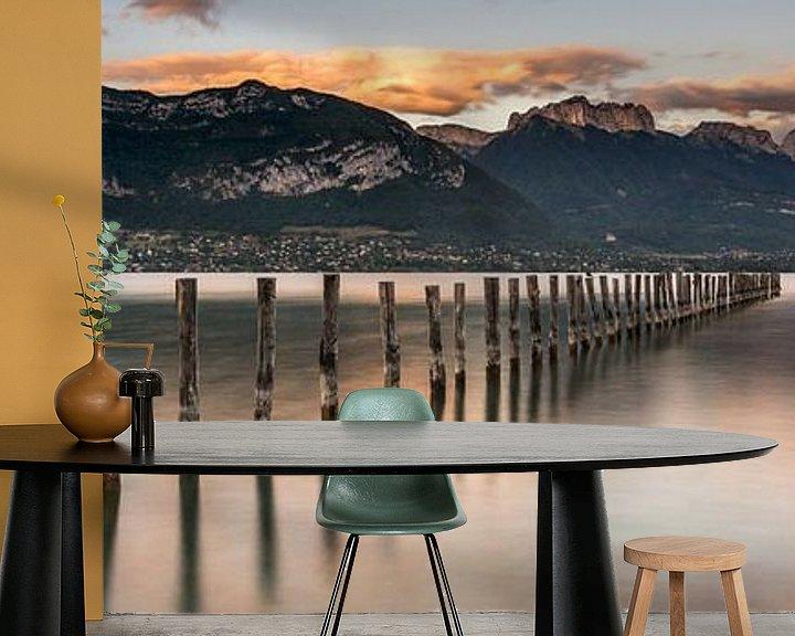Sfeerimpressie behang: Panorama van het Meer van Annecy van Sander Grefte