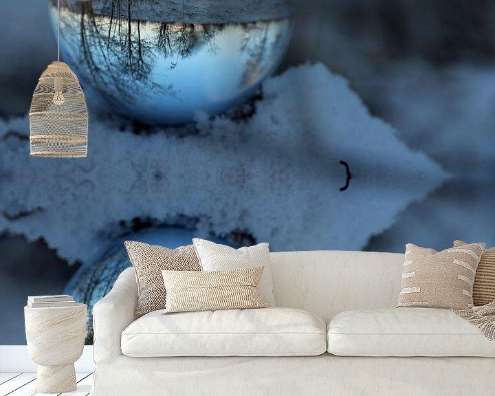 Sfeerimpressie behang: Glazen bol winter van Fotografie Sybrandy