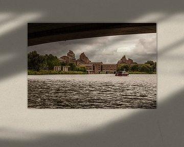 Gouvernement in Maastricht vanaf het water van John Kreukniet