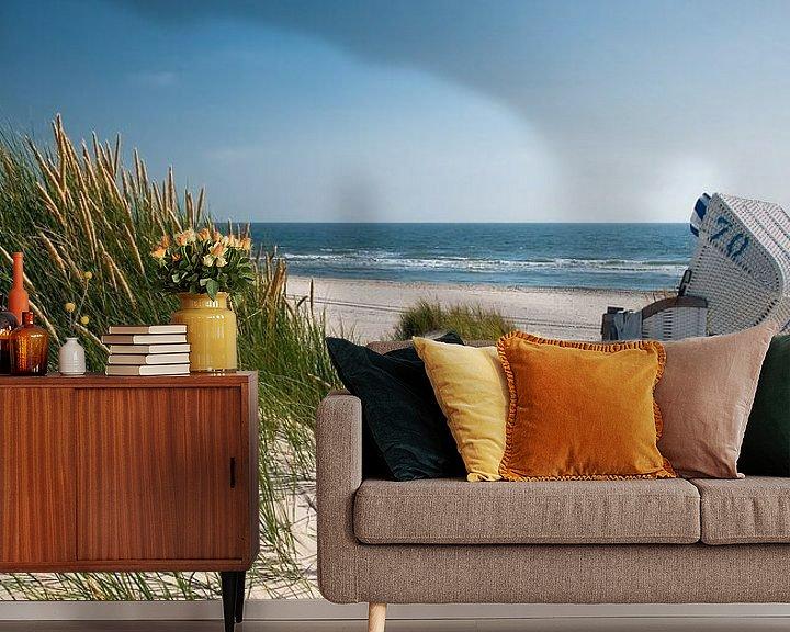 Sfeerimpressie behang: Noordzee - Strandstoel met stralend Duingras van Reiner Würz / RWFotoArt