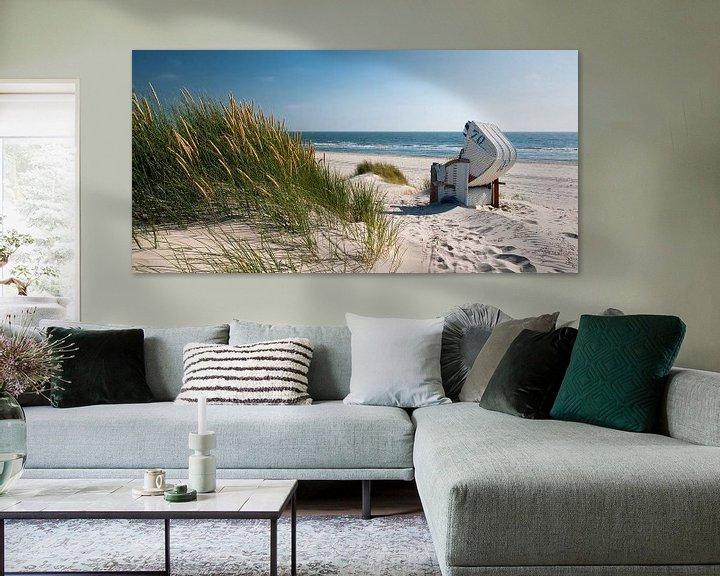 Sfeerimpressie: Noordzee - Strandstoel met stralend Duingras van Reiner Würz / RWFotoArt