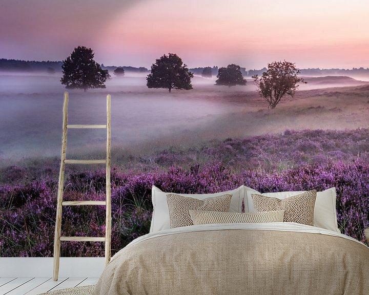 Sfeerimpressie behang: Paarse Heide en mist Gasterse Duinen van R Smallenbroek