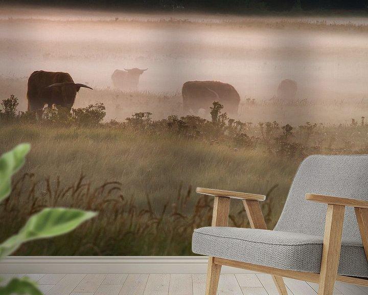 Sfeerimpressie behang: Schotse Hooglanders in de mist van Menno van Duijn