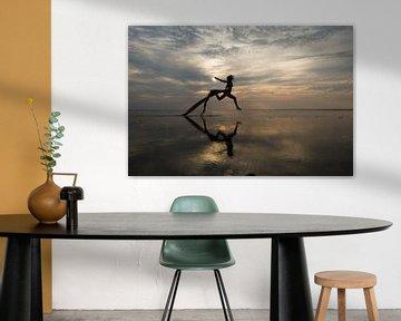 Künstlerische Aktmodell Springen auf dem Wattenmeer von Arjan Groot