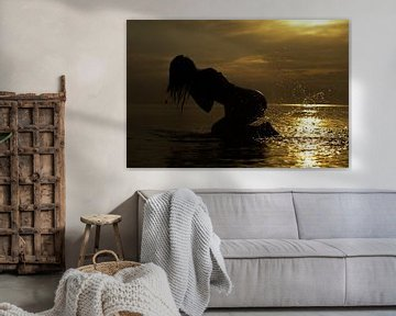Artistiek naakt op de waddenzee zittend naakt model van Arjan Groot