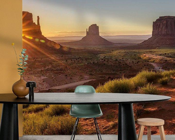 Sfeerimpressie behang: Zonsopkomst in Monument Valley van Edwin Mooijaart