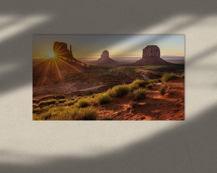 Sfeerimpressie: Zonsopkomst in Monument Valley van Edwin Mooijaart