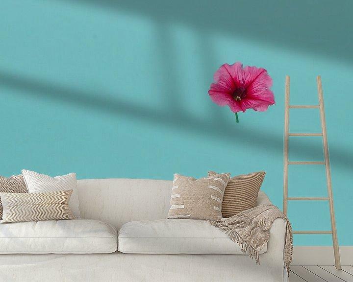 Sfeerimpressie behang: bathing a petunia van Leanne lovink