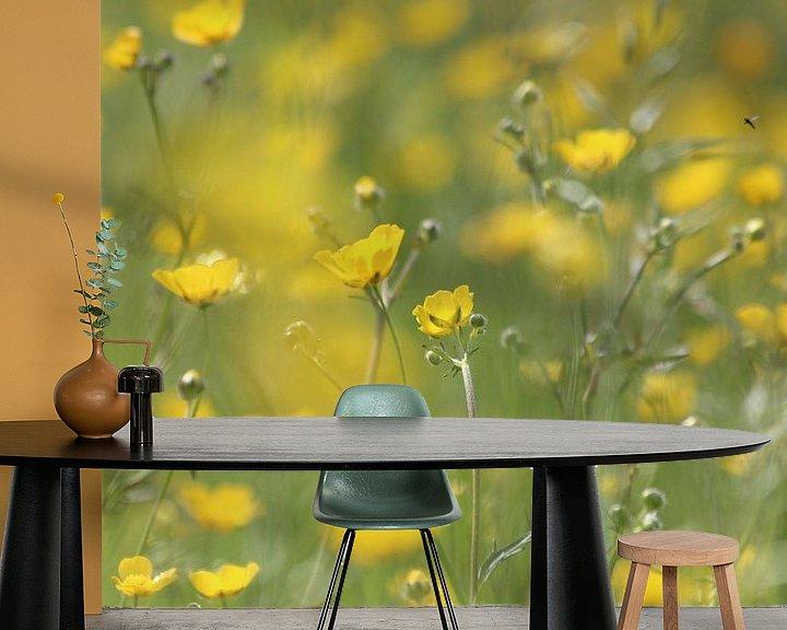Sfeerimpressie behang: Bloemen veld van boterbloemen van Fotografie Sybrandy