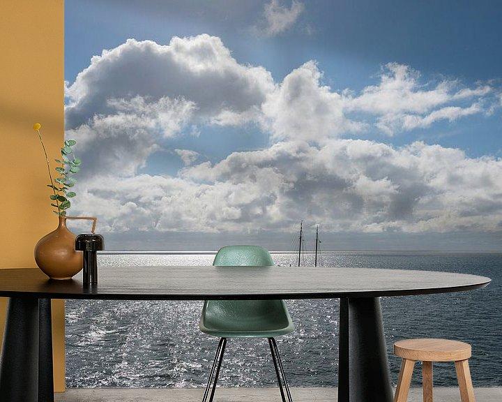 Sfeerimpressie behang: Zon over de Waddenzee met zeilboot van Tonko Oosterink