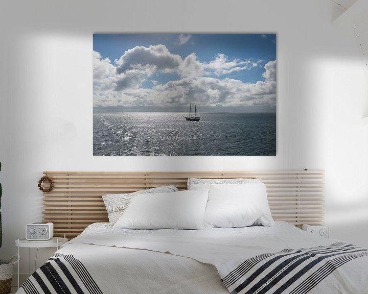 Sfeerimpressie: Zon over de Waddenzee met zeilboot van Tonko Oosterink