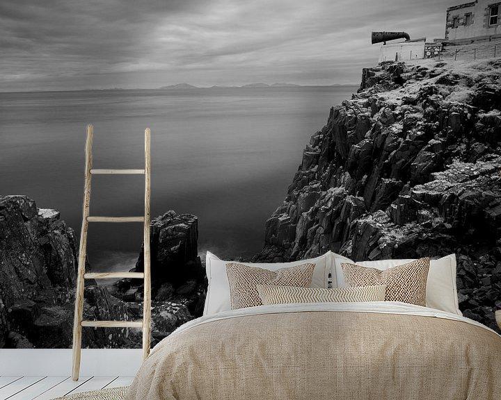 Sfeerimpressie behang: Misthoorn en kliffen van Neist Point, Isle of Skye, Schotland van Mark van Hattem