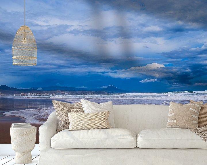 Sfeerimpressie behang: Strand uitzicht op bergen in Spanje van Rouzbeh Tahmassian