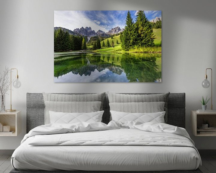 Sfeerimpressie: Spiegeling in een bergmeer van Coen Weesjes