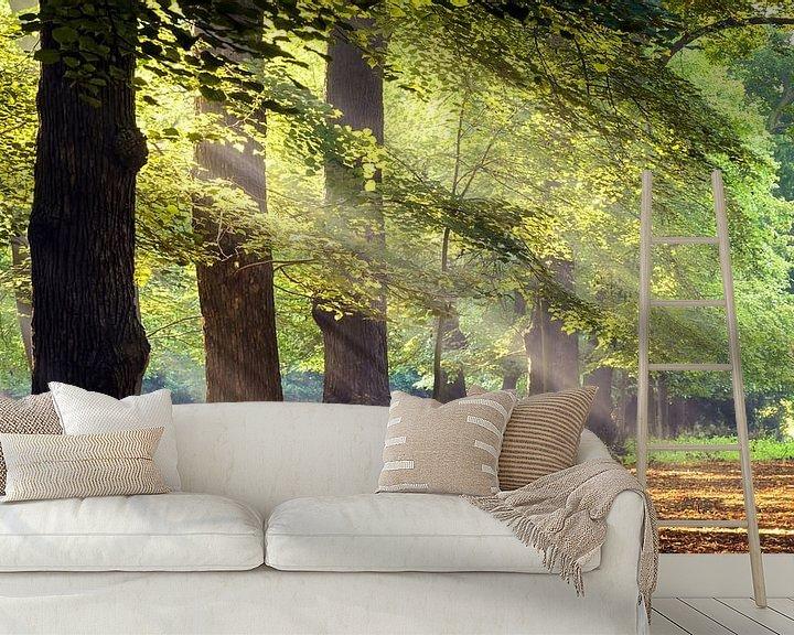 Sfeerimpressie behang: Zonnestralen in het bos van Martijn Kort