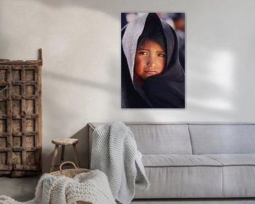 Verdrietig kijkend meisje van Yvonne Smits