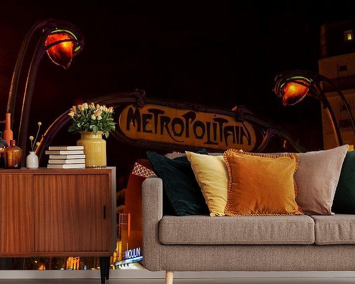 Sfeerimpressie behang: Metropolitain Moulin Rouge van Jaco Verheul
