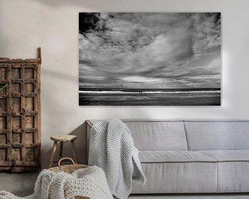 Het strand van Hoek van Holland met wolkenlucht van Peter Hofwegen